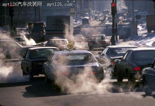 当爱车行驶时 汽车的排气管滴水是好是坏高清图片