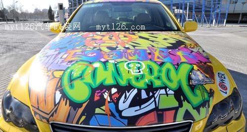 嘻哈风格的涂鸦装扮塬来是经过特别订制的车身彩膜,剪裁的精确程图片
