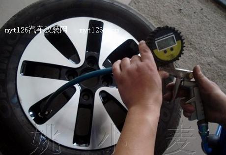 起亚k2加装战斧式轮毂,油箱饰盖作业