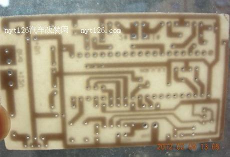 小的ic是7805为电路提供电力.