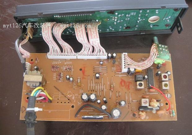 夏利车内灯光改造,液晶屏负显,全车防盗 第一部分:收音机更换集成块,加滤波电容,液晶屏负显、常亮 (1)更换收音机集成块,向zjqzjqzjq同学索要TDA1519A已经有一年多了,一直没有时间换,今天我兴致好,就换了,拆开中控面板,  注意不用扣下出风口罩,出风口罩是硬塑料的,很容易断,尤其是冬天,直接拆里面的两个螺丝完全可以拆下中控面板。    原车TDA1519,  是有散热片的,拆出电路板,  吸锡器吸开1519引脚,拆下,    发现更换TDA1519A后不容易安装散热片,干脆把它固定到外壳上,