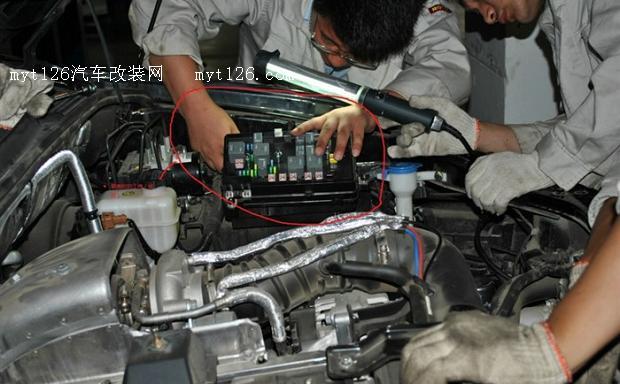 荣威w5真空助力泵安装作业 myt126汽车改装网