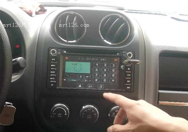 技术人员帮忙测试各个功能是否正常。这个是收音机,安装后上下,音量等都直接可以用方向盘按键控制,方向盘按键背后的按键是可以正常控制的。  最新凯立德地图,以后也是免费更新的,店家说一年升级个1-2次就好了。  倒车影像,挺清晰的,挂倒档就出来了,挺快的。  这个是地图卡,到时更新就这张卡拿出来拷贝最新的地图就好。  倒车影像体验距离。  在这导航主机上面有个USB插口,可以插U盘放歌看电影。  前几天安装上的这行影通DVD导航,这个是主界面。  仪表盘。  阳光下面还是比较清晰的。  插入U盘测试下是不是能
