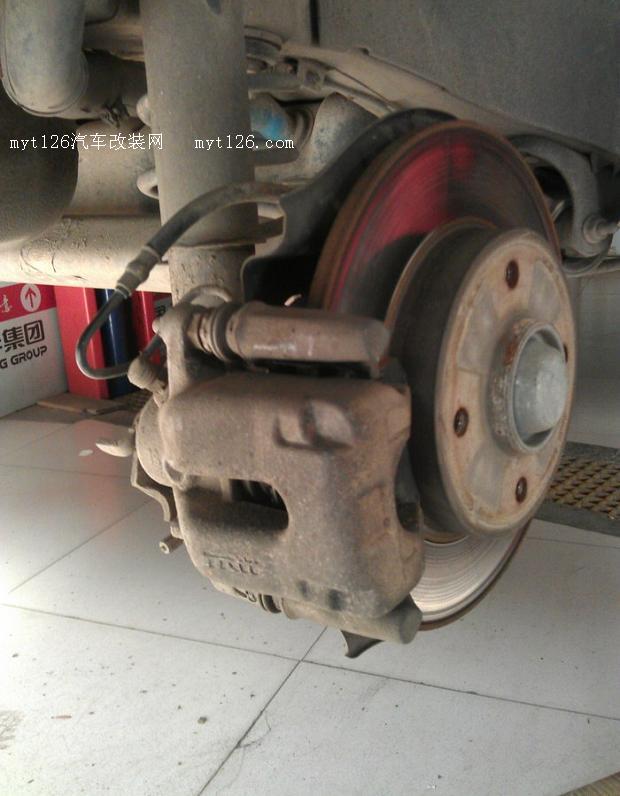 更换06款标致307副驾驶侧后刹车分泵