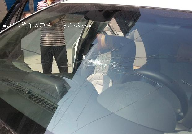科鲁兹更换前挡风玻璃作业