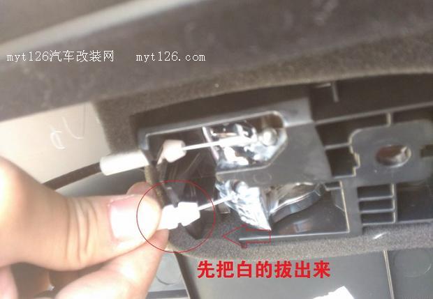 为了装逼,花钱买个迎宾灯装装,只为装逼。啦啦啦  拆门板,就总共三个螺丝,装饰板下两个,内门开关小方块里一个。,然后就用力往外拉,几个卡扣。把这圈的几个地方拆了就可以把门板取下来了,方便后面处理。  左前门插头多一些。  门锁钢丝条的拆法  门锁钢丝条的拆法  我先穿线。把喇叭取下来。方便穿线,不用动薄膜了。前门简单,可以看我那个装转向灯的帖子。  把这个都拔下来,方便穿线。我用的是电动车的刹车线+钢丝完成了全部的穿线,不是很难。