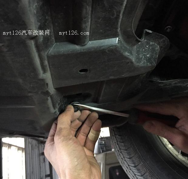 奇骏发动机下护板安装