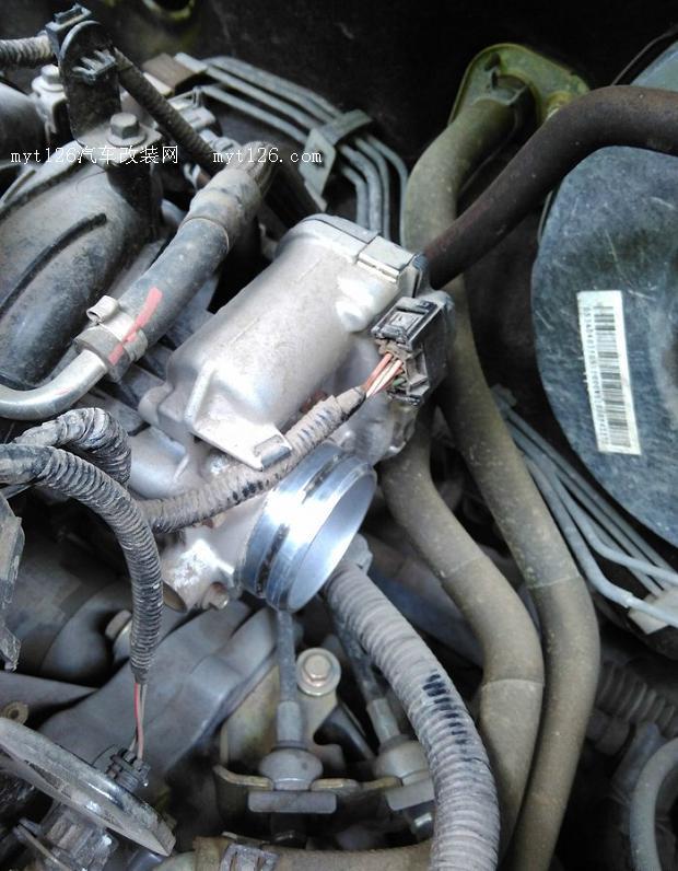 闲来无事,正好今天休息准备自己把车做个简单的保养,主要有节气门的清洗、空调滤芯的更换,还有全车隔音胶条的保养。早在1个月前就把相应的工具准备好了,在网上掏了一个专门清洗节气门的喷剂,还有准备了8号套筒,准备开干。 拆前先把进气套管取下  取下的套管  然后拆节气门的4个螺丝  这里要用到8号套筒   取之前把上面的电源取下  看了看还是比较脏了  进气的一面要干净一点,另一面要脏些  铺好报纸准备清洗  刚喷了两下就看到好多积碳流出