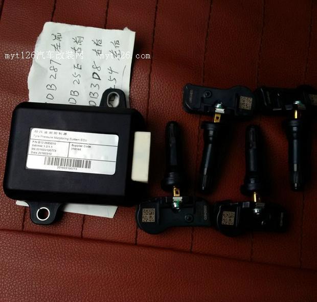 跟群里B哥大家一起买了胎压监测,吸取了大家装胎压的经验,决定从手套箱入手安装。于是在群里学习怎样拆手套箱,终于自己动手,成功完成,现呈上作业如下:  这是胎压监测主机和传感器,卖家给配好对了。景逸X5配套的,景逸S50也能用。链接可以在群里找B哥要。  侧板拆开很简单,不上图了,这是侧板撬开后,卸下了那个装饰条。 装饰条有三个螺丝,打开手套箱从下往上看,有两个。侧面有一个(图上看得到,没标注) 解释一下上面三个螺丝卸开,这三个螺丝没有刷漆。侧面标注的两个螺丝卸开(刷漆的) 请取下蓝色标注的阻尼器(下图详解