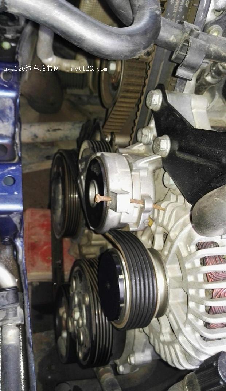 小宝已经开了12万公里了,前段时间刚自己换了变速箱油。前两天正时皮带电机配件和套筒到齐了,就动手了。干活当天我这刚好有雨下,还好不至于热成狗。不废话了开始上图。  拆掉轮子,拆掉轮子挡板,用千斤顶把发动机顶起来。  拆掉防冻液壶,方向机油壶  拆上面的固定块,两个螺丝,一个16mm一个18mm,老费劲了   拆发动机固定架  拆下来的东西整齐放好  这个固定支架上的螺丝太难拆了,特别是左边那颗,没有专业工具根本拆不动  拆电机皮带,用板手卡住松紧轮往前搬,用一颗钉子把那两个孔穿起来,就不会反弹了  拆下松