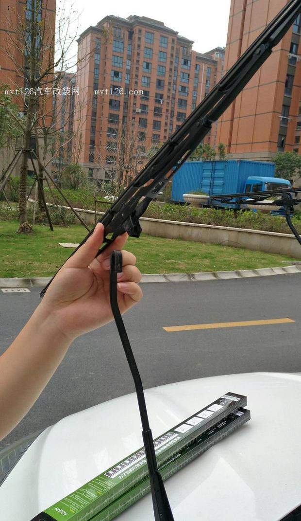 过去的一段时间,上海三天两头的下雨,小三的雨刮器,一刮那声音滋滋的响呀,可能对于老司机来说这样的声音自己习惯了,可是我是第一次听到这样的雨刮器的响声,车内放音乐都掩盖不住这个声音,实在难受,加上雨刮器刮的也不是特别干净了,所以就萌生了更换雨刮器的念头。 有了这个念头就开始留意雨刮器,由于本人是新手对于雨刮器是一点了解都没有,最开始的时候想是不是只要换雨刮器上面的胶条就可以了,但是自己一窍不通对于购买和安装好像都是比较困难的一件事,买整个雨刮器吧,又分什么无骨和有骨雨刮器,也不知道什么样的好,于是又搁置了