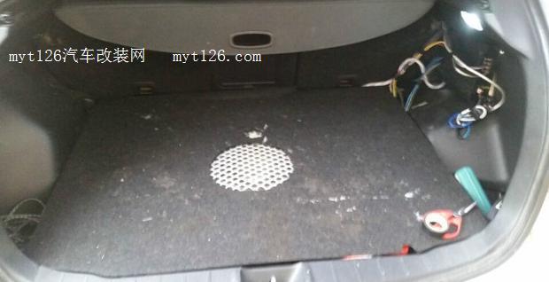 钢倒模 隐藏性备胎低音炮改装作业高清图片