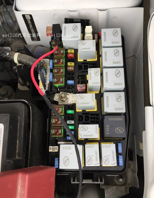 保险盒和电瓶接线。  保险盒和电瓶接线。  保险盒和电瓶接线。 接下来更换组合开关,方向盘上护罩很容易弄开,下护罩要先把左右2颗螺丝卸下来,打着车,方向盘右转到底卸下左边螺丝,方向盘左转到底卸下右边螺丝。    左边螺丝  右边螺丝  露出组合开关,拔掉就可以,然后把电线插头拔下来。