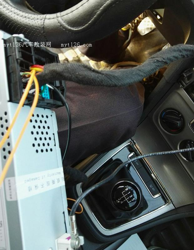 图中蓝色插头是倒车摄像头插头