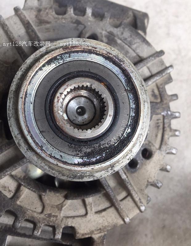 拆发电机   要拆副水箱和中冷管  拆下来的张紧轮用黄油密封  盖子复位    拆下来的发电机,打开塑料盖里面全是铁屑,用工具转不动了已经卡死,这就是车辆怠速抖动的原因  用专用工具拧上新的皮带轮,在外围打满润滑油密封安上塑料盖,发电机位置低这样不会进水和异物。试车发动机皮带顺滑了杂音也消除了。前期发动机抖动和异响换过张紧轮问题只有轻微缓解。