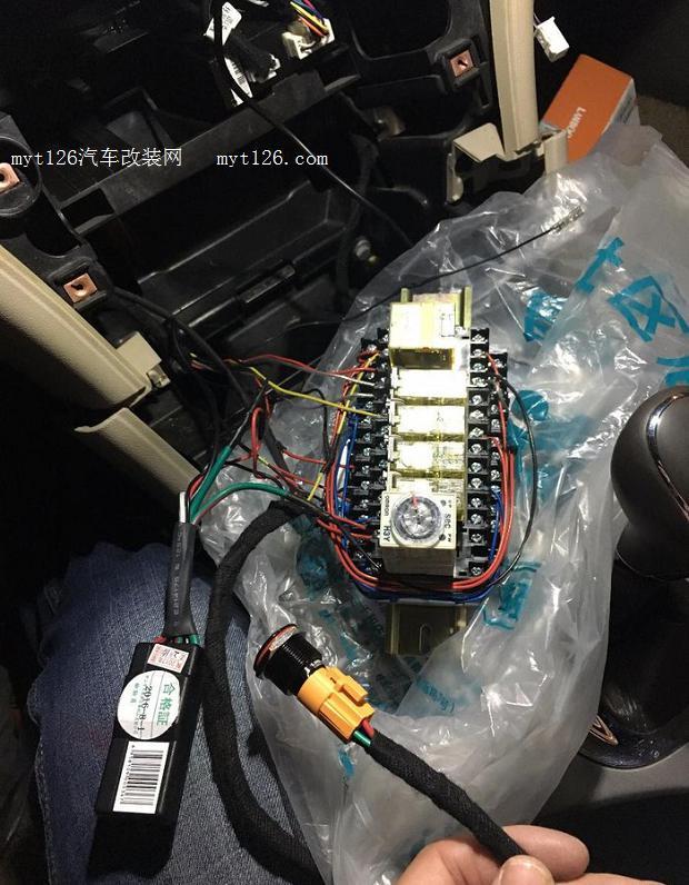 刹车、12V、搭铁 三根都接好后延虚线穿入继电器座位置并按图接好三根线。注:建议用绒布胶带緾一圈防止老化。  这是按钮的背面,四根线分别接:C、NO、1、2,分别接线图中的 橙(实际接线中我用的蓝色)、红、黑、绿(实际接线我用的黄色线)。 C和NO是一组常开,1和2是灯的正负极。 至于接线我为什么没用图中画的颜色,因为蓝色在图纸中看不清楚,怕发出来给大家看错了  提前找好位置用自攻螺丝钻两个孔  导轨装上试一下  继电器底座放上看看合适不  线接好后,时间继电器设置为0.