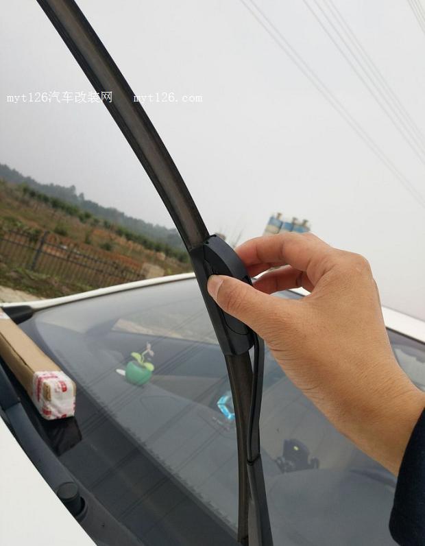 裝飾蓋上有一個孔,這孔是為了讓雨刷臂上的U型鉤穿越   下面正式開始拆卸小逸舊的雨刷器,拆卸中同樣用兩手指擠壓裝飾蓋兩端  待裝飾蓋彈開后,就能看見雨刷臂鉤卡在U型槽內  用手拿住裝飾蓋一側,往雨刷臂下面方面拉,U型鉤就退出U型槽外了  當雨刷臂與雨刷器裝飾蓋完全脫離后,將裝飾蓋孔洞從U型鉤反方向向上拉就拿出來了  這里可以拆卸后馬上安裝,就不用注意裸露的U型鉤打碎玻璃了,但為了給大家分享,我只能兩支同時拆下來后再更換,所以就得在玻璃上墊層軟物,將裸露的U型雨刷臂放在玻璃上,防止誤傷玻璃  拆另一支雨