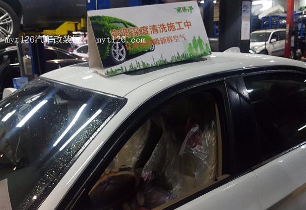 宝马3系 8.2W公里清洗空调蒸发箱。   进来天气炎热多雨,很多车主都感觉到有时空调吹出的风带有一股怪味。   是时候清洗一下空调系统了。    宝马3系清洗空调蒸发箱   如何判断需要清洗空调系统?   1、在空调启动的时候,出风口吹出的风带有刺鼻的霉味、烟尘;    2、开启汽车空调制冷或制热时,吹出的气流酸臭与怪怪的味;   3、汽车油耗增高,制冷效果下降,加换冷媒后仍无改善;   4、感到不适,并伴有咳嗽、胸闷等情况。    霉味异味的由来:   1、车子在使用的过程中,外界的废气灰尘杂絮经