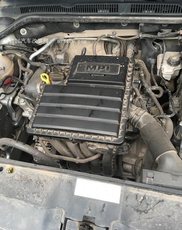 打开发动机机舱,灰尘还是蛮多的,大概擦一下.