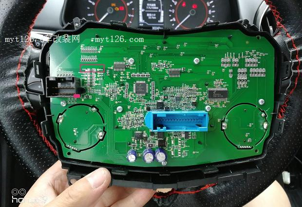 继续用螺丝刀拧下控制面板固定螺丝,并向外侧拉动取下控制面板。  顺便介绍此图方框标注位置是用于固定中控屏。如有想把收音机改成中控屏的车友可以参考。 2.面板按钮拆卸及中控电路板线物料焊接  上图位置螺丝拧下后用双手反向扣开控制面板上下盖。  原车预留的空白按键(本次改装的重点)  放大效果图(荣耀9拍照效果还不错)  这里是按键背光灯(也就是我上面说过要准备的LED灯珠的焊接位置)  再上高清无码LED焊接位置大图(别乱想,不是苍老师)  为了使后备箱按键功能正常,需要用烙铁将此电阻取下。  这就是传说